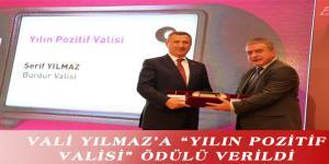 """VALİ YILMAZ'A """"YILIN POZİTİF VALİSİ"""" ÖDÜLÜ VERİLDİ"""