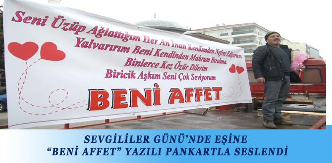 """SEVGİLİLER GÜNÜ'NDE EŞİNE """"BENİ AFFET"""" YAZILI PANKARTLA SESLENDİ"""